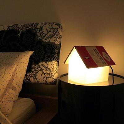 چراغ خواب طرح خانه با سقف کتاب